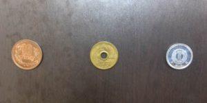 左から ¥10 , ¥5 , ¥1 硬貨 ¥5 だけ、漢字の数字になっているので注意。