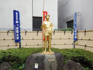 สัญลักษณ์ของย่านถนนกัมปะบาชิโดกุ (kappabashi Dougu Gai) คือ รูปจำลองตัวกัมปะ